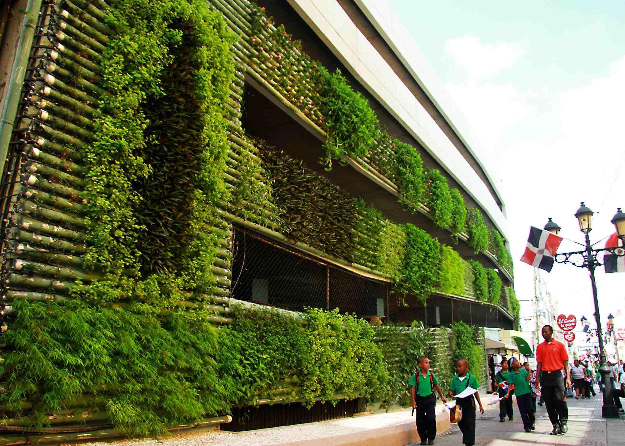 Cola cola y el ayuntamiento del distrito nacional for Edificios con jardines verticales