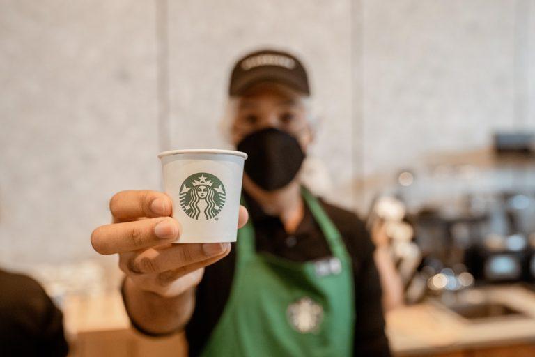 Starbucks se conecta con trabajadores de primera línea y les brinda calidez a través de donaciones de café antes de abrir su primera tienda en la República Dominicana